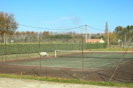 le-terrain-de-tennis-au-bas-du-village